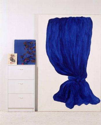Elena Blasco. Cortina azul-media