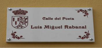 Placa de la Calle del Poeta Luis Miguel Rabanal, en Riello (León).