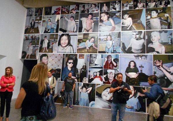 Al fondo, instalación 'La familia', de Enrique Marty. Foto: E. Otero.