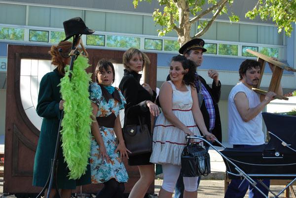 Un grupo de intérpretes aficionados, dirigidos por Azar Teatro, durante la representación de 'Absurdistán' en las pasadas fiestas del barrio de La Victoria, Valladolid. Foto I.M.