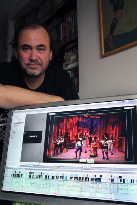 Arturo Dueñas, director de la película-documental 'Corsarios' ante el ordenador en el que da los últimos retoques al montaje. Fotografía: I.M.