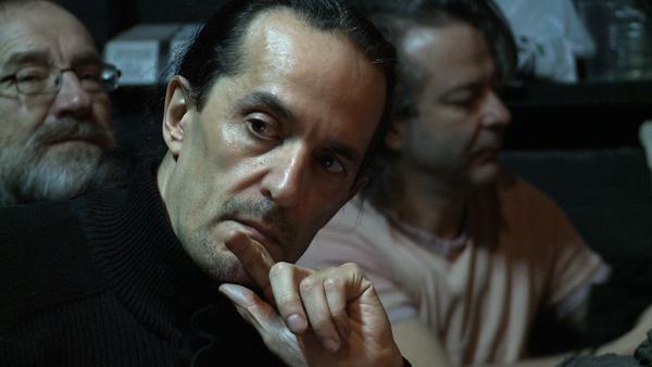 Ensayo de 'El Médico de su honra'. En primer plano, Jesús Peña escuchando música.