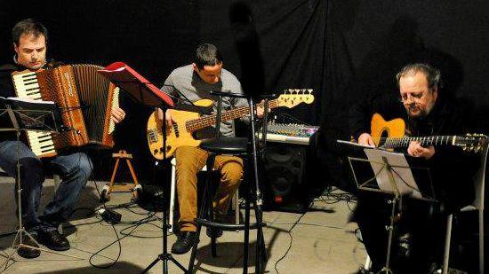 Los 3 Gatos Swing durante una actuación en Espacio Vías (León).