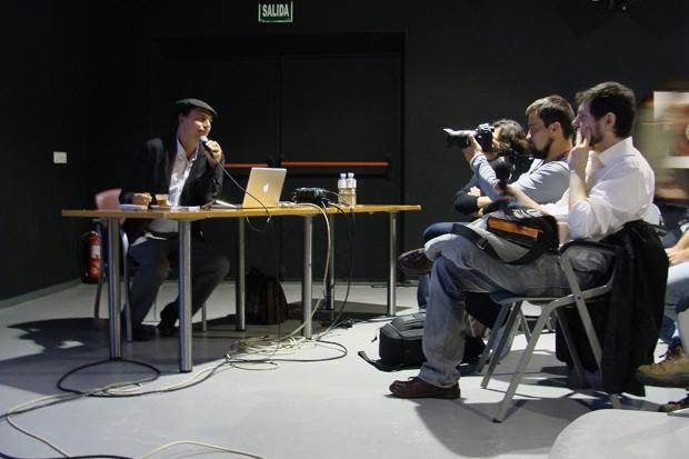 El cineasta José Luis Guerín durante la primera sesión de su taller en el LAVA (Valladolid). Foto: L. Fraile.