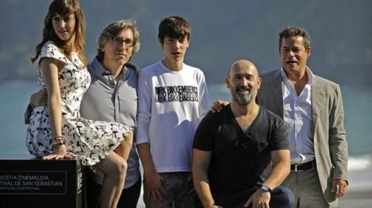 David Trueba, rodeado de los actores que protagonizan la película presentada en el Festival de San Sebastián.