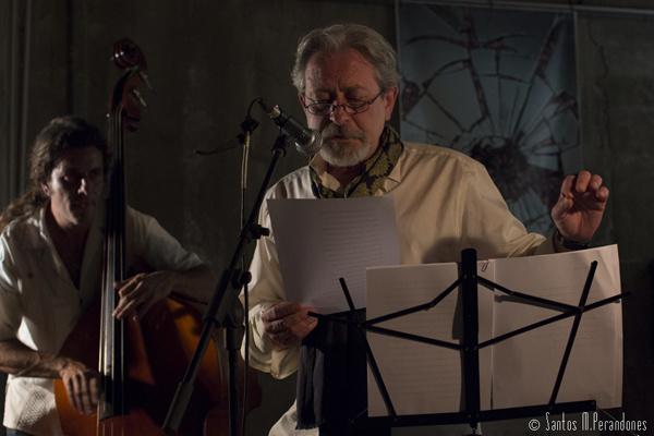 Juan Carlos Suñén recitando, acompañado por el contrabajista Jorge Frías. ©Foto: Santos Perandones.
