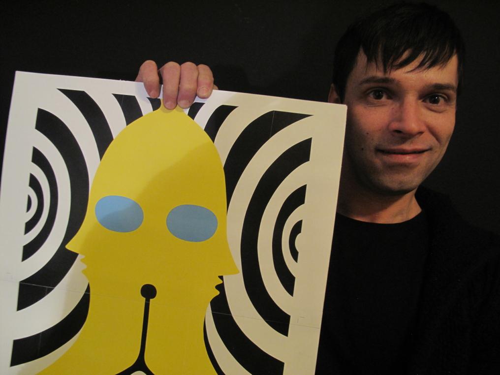 El artista Caetano muestra la ilustración correspondiente al mes de enero. Fotografía: Coco