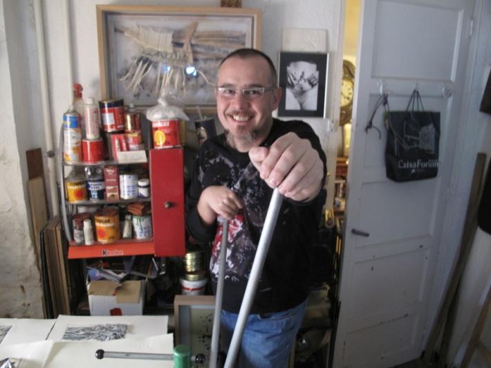 El artista leonés Karlos Viudda en su taller. Fotografía: Josémanuellópez