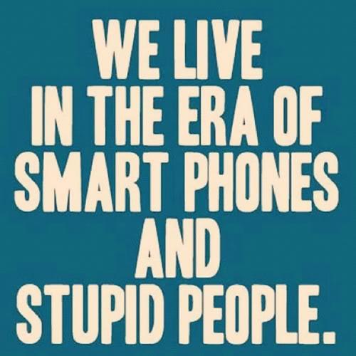 Vivimos en la era de smart phones (celulares inteligentes) y personas estúpidas.