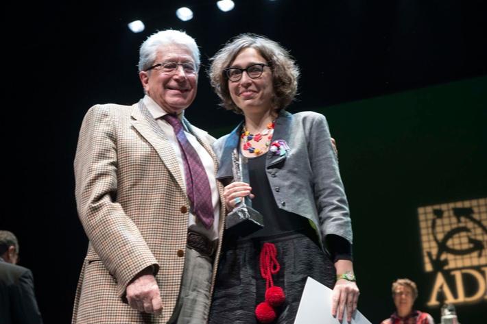 Lucía Miranda con Ángel Fernández Montesinos tras recibir el galardón de mejor directora joven 2013 concedido por la ADE.