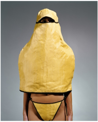 """Alicia Framis. """"Anti Dog"""", 2002-2003. Performance. Cortesía de la artista."""