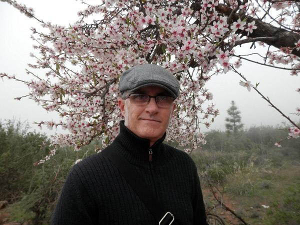 El poeta y editor Ernesto Suárez.
