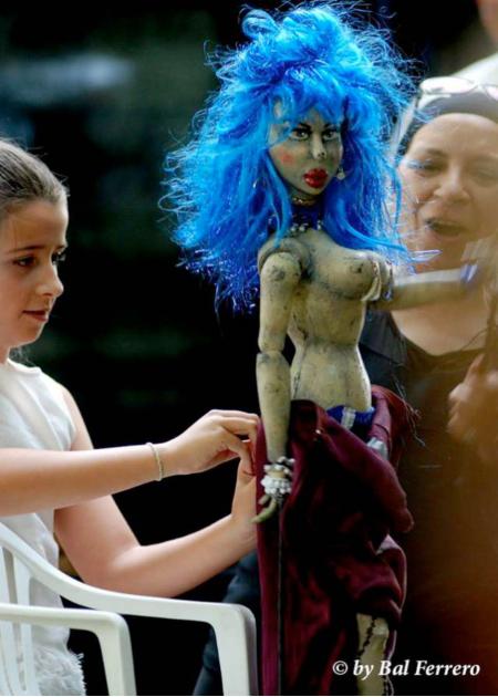 Olga Mansilla (al fondo), durante un taller en Veguellina de Órbigo. © Fotografía: Bal Ferrero.