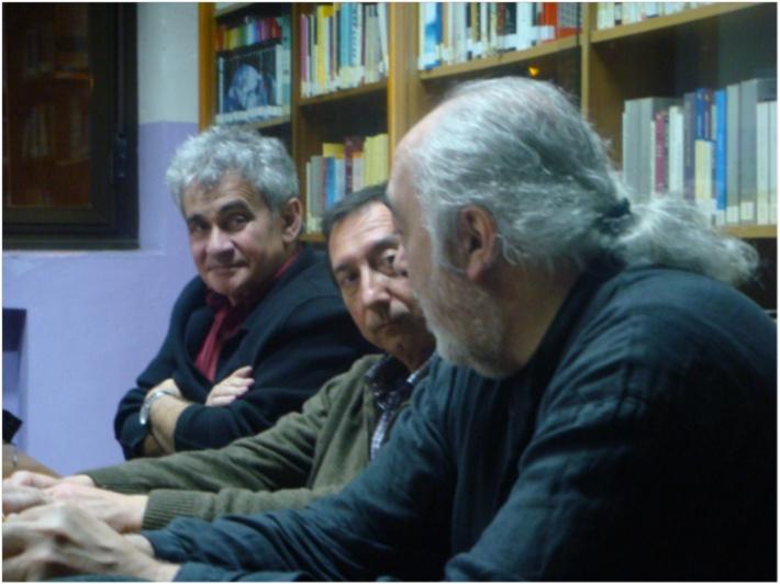 Bernardo Atxaga, Tomás Sánchez Santiago y Fernando Martos, en el IES Giner de los Ríos (León).