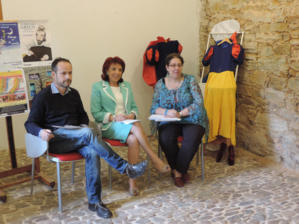 Héctor Escobar con la alcaldesa Victorina Alonso y la concejala Mercedes G. Rojo, durante la presentación de este I Encuentro.