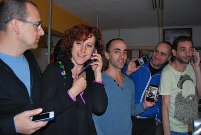 """Miembros de Azar Teatro que representarán el espectáculo """"Whispers"""" imitando con los móviles la recepción de los mensajes de una aplicación tecnológica. © Fotografía: Isaac Macho."""