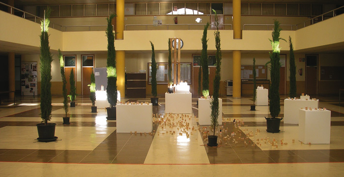 """Aspecto de """"El hall transformado"""", en la Facultad de Filosofía y Letras de León, con la instalación de Juanvi Sánchez."""