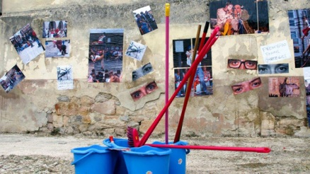 """Trabajo final de la intervención """"Foto, escoba y cola,"""" de Gerardo Sanz."""