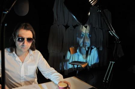 """Ensayo de """"Carcoma en la silla"""" con el actor Xiqui Rodríguez, en primer plano. © Fotografía: Félix Fradejas."""