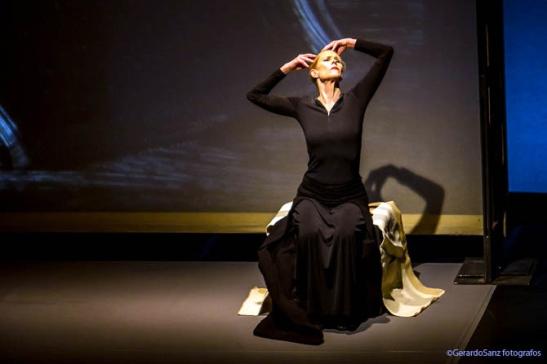 """Carolyn Carlson durante el espectáculo """"Diálogo con Rothko, solo"""", en el LAVA. © Fotografía: Gerardo Sanz."""