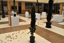 Aspecto de la instalación de Juanvi Sánchez en el hall de Filosofía y Letras (León). © Fotografía: E. López.