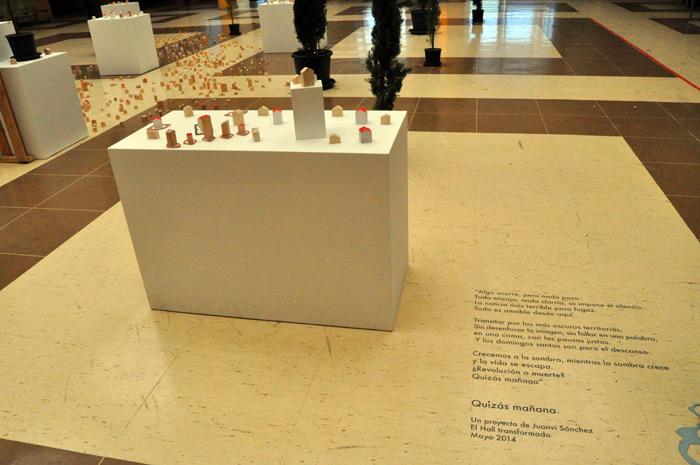 Detalle de la instalación de Juanvi Sánchez en el hall de Filosofía y Letras (León). © Fotografía: E. López.