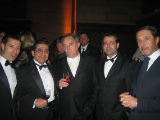 Movilla, a la derecha, en una gala con el cocinero Ferrán Adriá (centro).