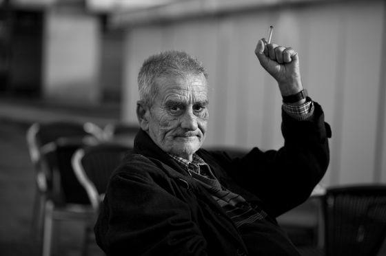 Leopoldo María Panero, sentado en una terraza de la Plaza de las Palomas de León en mayo de 2011. © Fotografía: José Ramón Vega.