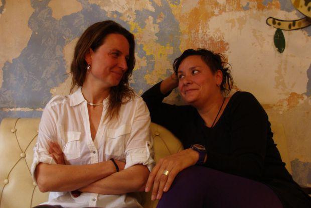 Verónica Serrada (autora) y Aldana Herrera (una de las actrices). Foto: L. Fraile.