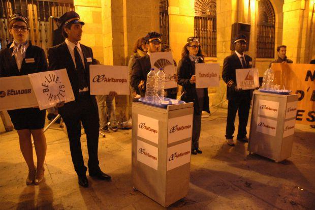Acto de calle realizado a modo de denuncia de las compañías aéreas implicadas en las deportaciones.