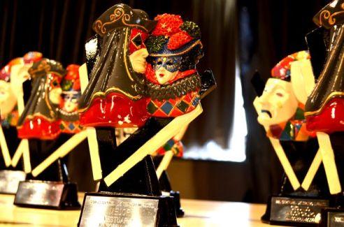 Algunos de los trofeos alegóricos al arte de Talía, entregados en el XXII Certamen de Teatro Infantil de Mingorría (Ávila). Fotografía: Jesús María Sanchidrián.