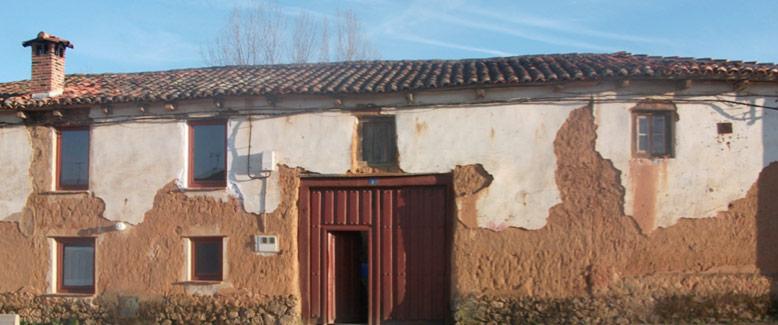 Ejemplo de arquitectura de tierra cruda con necesidades de reparación.