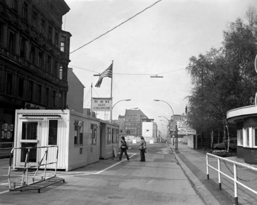 Checkpoint Charlie, el famoso paso fronterizo de Berlín que dividió la ciudad entre el este y el oeste desde 1945 hasta 1990. Foto: wikipedia.
