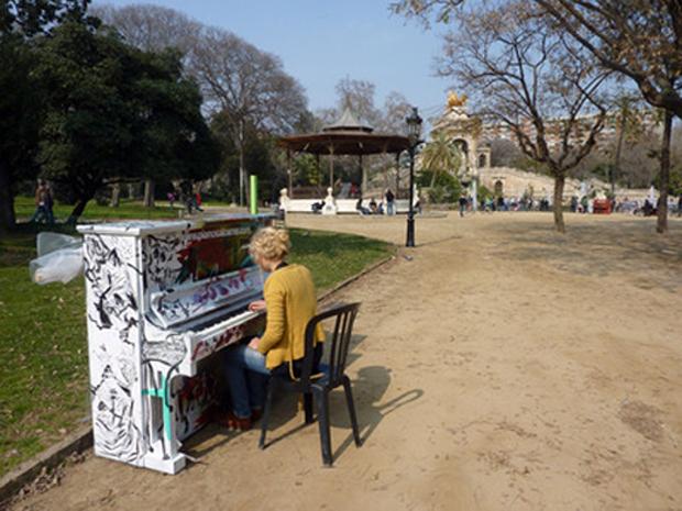 Uno de los pianos instalados al aire libre en Barcelona, ciudad que se acogió al proyecto 'Play Me, I'm Yours'. © Foto:streetpianos.com