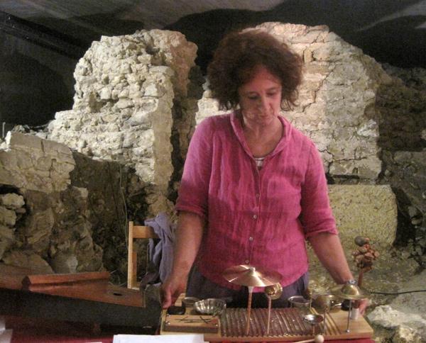 Chefa Alonso durante una actuación en la cripta leonesa de Cascalerías. © Fotografía: Eloísa Otero.