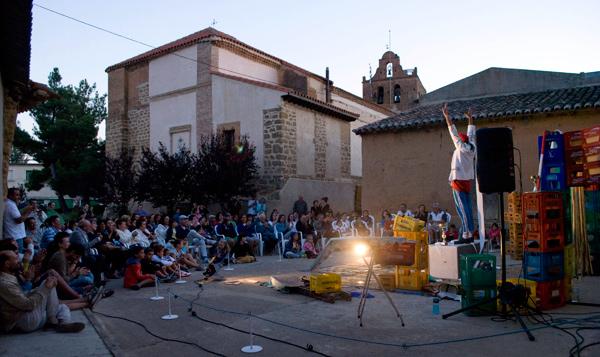 Actuación de Gorka Ganso en la plaza de Urones de Castroponce (Valladolid), en el marco del FETAL. © Fotografía: Trinidad Osorio.