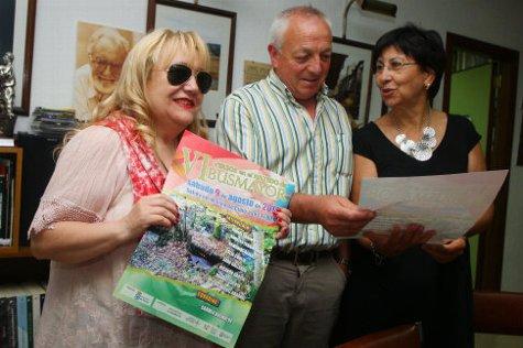 Carmen Busmayor (i) junto al alcalde de Barjas (León), Alfredo de Arriba, y la presidenta del Instituto de Estudios Bercianos, Mar Palacio. / © Fotografía: César Sánchez / Ical.