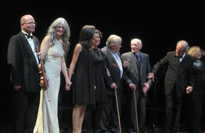 Antonio Gamoneda y Gaspar Moisés Gómez, con algunos de los músicos y actores participantes, al terminar el espectáculo. © Foto: E. Otero.