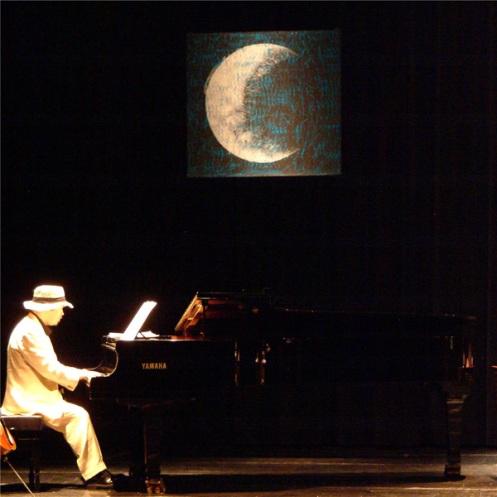 "Velpister Jensen durante uno de sus ""musicoplastidramas""."