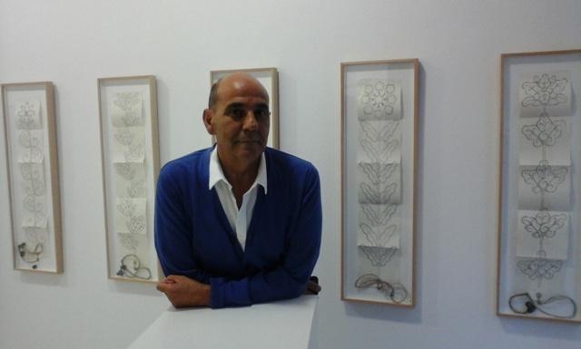 El artista Miguel Escanciano en la galería Ármaga