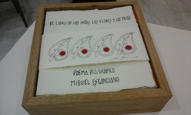 Ejemplar del poema bio/gráfico que inspira la exposición en la galería Ármaga