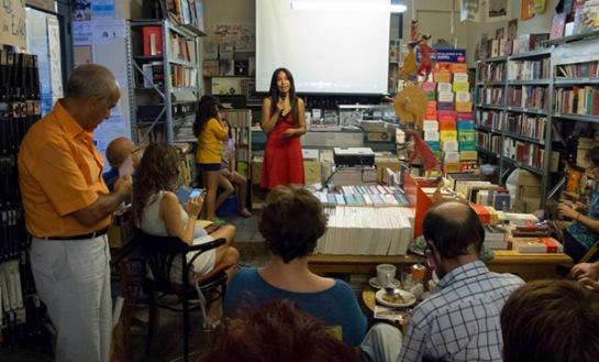 Carolina Espinoza durante la presentación de la campaña de micromecenazgo en la librería-café La Fugitiva de Madrid.