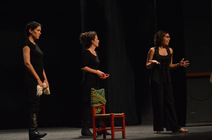 """Momento del espectáculo """"¿Qué hacemos con la abuela?"""" donde la directora, Lucía Miranda, dialoga con el público. © Fotografía: Trinidad Osorio."""