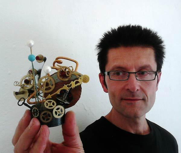 El joyero Salvador Vico, con una de sus piezas. © Fotografía: Carlos Cuenllas.