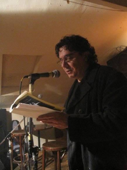 El poeta Juan Carlos Pajares, durante una lectura en el viejo CCAN.