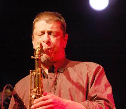 El saxofonista Bobby Martínez. © Fotografía: Cortesía de www.klink.org