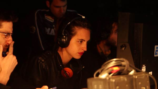 Marta Medina, visionando una grabación. © Fotografía: Mario Sanz Fernández.