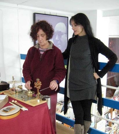 La percusionista Chefa Alonso y la poeta Pilar Martín Gila, durante la presentación del libro.