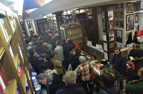 Fue difícil encontrar hueco en la librería Sandoval. Foto: Gaspar Francés.