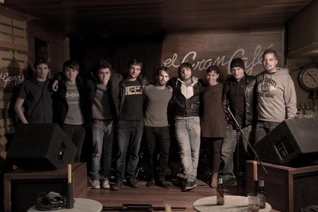 Cesar Tezza acompañado de músicos y cantantes de León en el rodaje del videoclip de su novela-cd